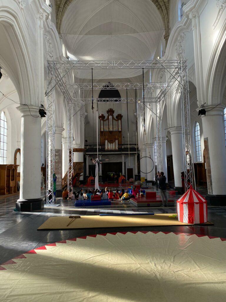 Predikherenkerk met stelling voor luchtacrobatie